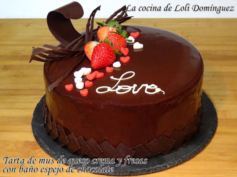 Tarta de mousse de queso crema y fresas con baño espejo de chocolate y decorada para San Valentín