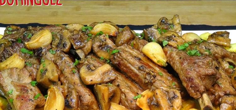 Costillas de cerdo al ajillo con champiñones y patatas, receta fácil y rica