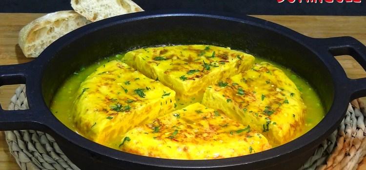 Tortilla de patatas guisada en salsa; Una receta tradicional fácil de esas que hacían nuestras abuelas para aprovechar la tortilla