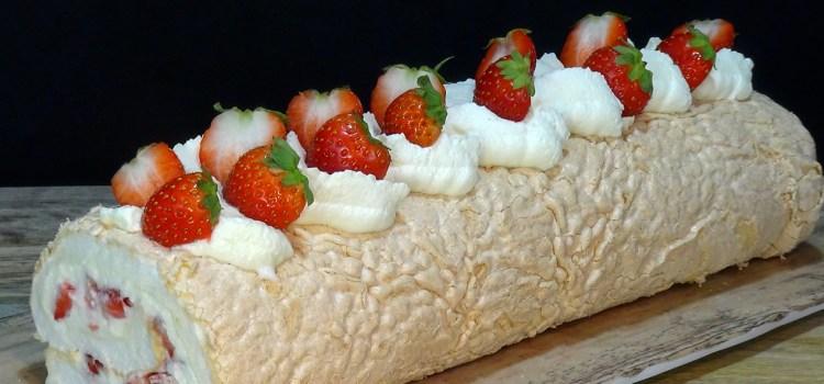 ROLLO DE MERENGUE RELLENO DE NATA Y FRESAS, RECETA FACIL. Este rollo de merengue es un auténtico espectáculo en la boca, textura tierna y esponjosa, crema suave y el crujiente de las fresas frescas hace una combinación explosiva de sabor y sensaciones