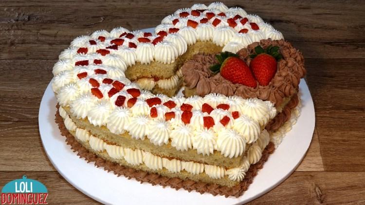 ESPECIAL SAN VALENTÍN 2021, TARTA DE NATA Y TRUFA FÁCIL. Este año os propongo una tarta fácil pero que queda muy vistosa y riquísima, el bizcocho húmedo y la combinación de chantilly y trufa con el toque de las fresas frescas que le dan un puntito crujiente