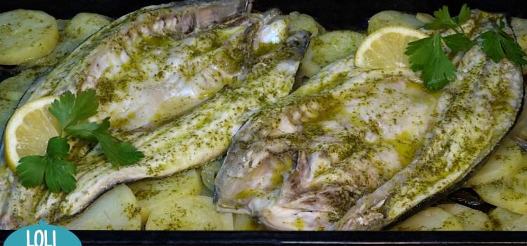 RECETA FÁCIL DE PESCADO AL HORNO CON PATATAS, SALUDABLE Y DELICIOSA. Yo he hecho esta receta con lubinas pero la puedes hacer con el pescado que tu prefieras, es una receta que se hace en el horno y de esta manera nos da tiempo para nosotros