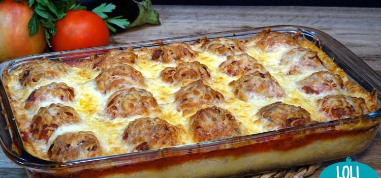 PASTEL DE PATATAS (PAPAS) CON ALBÓNDIGAS DE POLLO Y BERENJENA. Una mezcla riquísima de sabores y texturas, un puré de papas suave y jugoso, unas albóndigas tiernas y jugosas con el sabor que le aporta la berenjena hace que sean algo especial, acompañadas de salsa de tomate que unifica los sabores y el toque del queso por encima hace que sea un plato del todo irresistible
