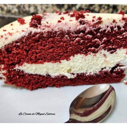 Un pastel de terciopelo rojo (Red velvet cake en inglés) es un pastel de chocolate con un color rojo oscuro, rojo brillante o rojo-marrón.