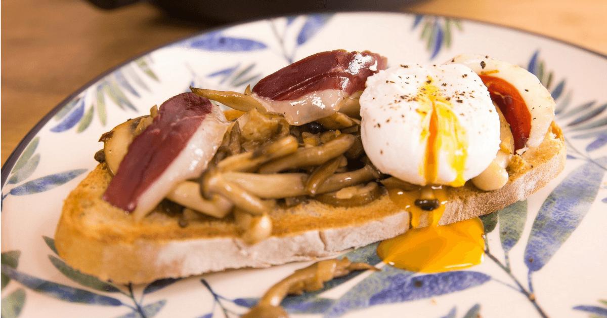 Tosta con huevo, jamón y setas