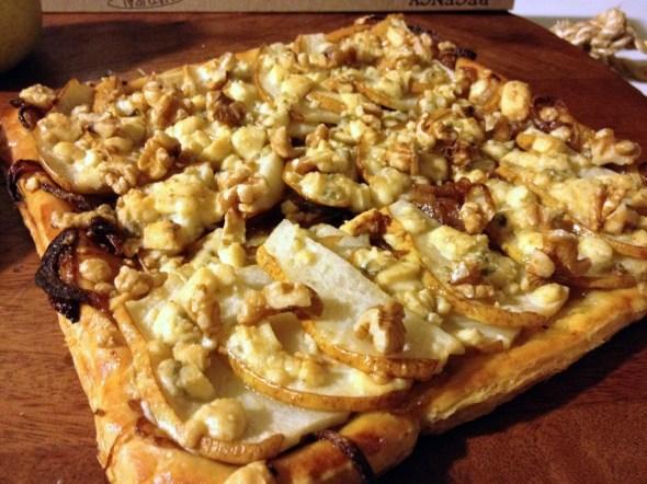 tarta de hojaldre con pera y gorgonzola