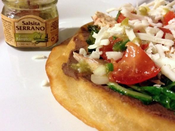 Tostada de macarela con salsa