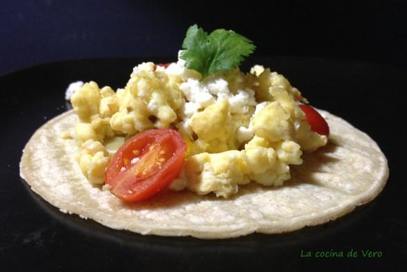 huevos revueltos con habas y tomate