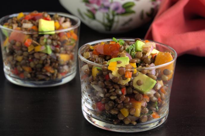 Versátil ensalada de lentejas beluga para preparar con antelación.