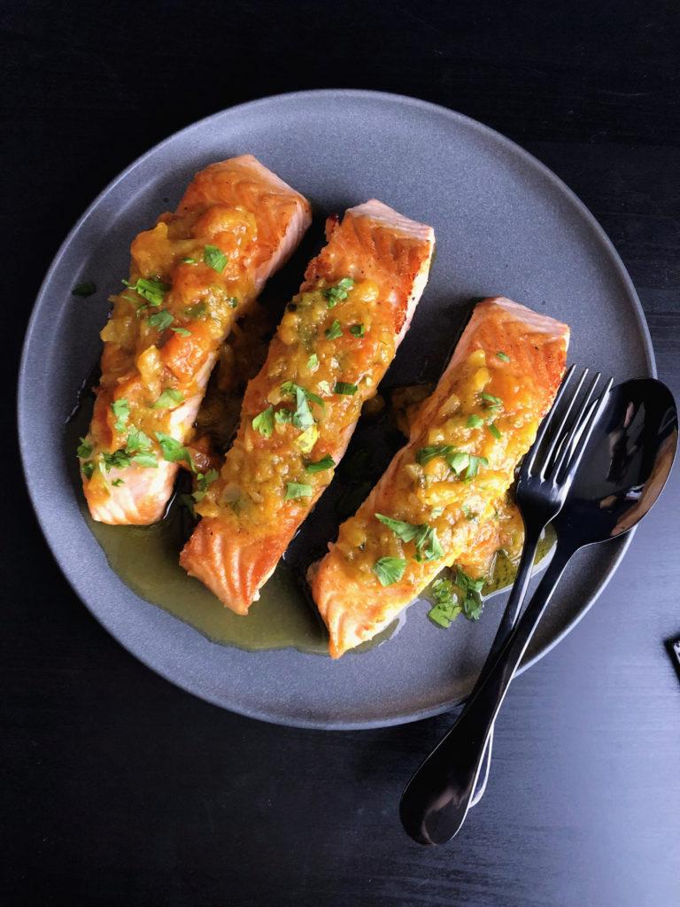 Salmón con salsa de mango y papaya