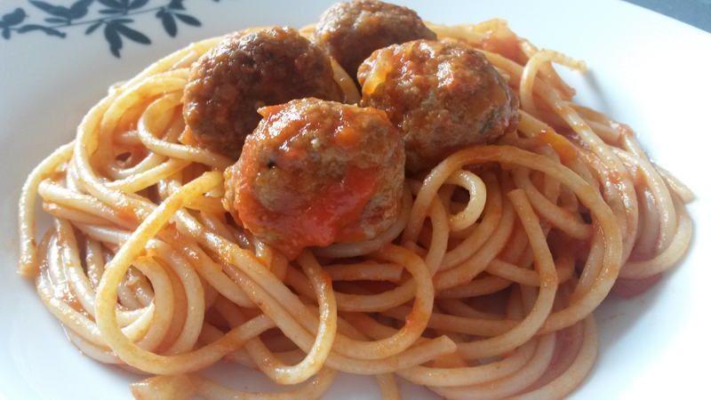 Espaguetis con salsa de tomate y albóndigas - Spaghetti al pomodoro e polpette