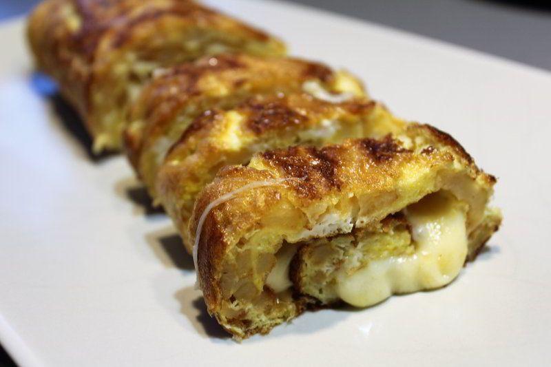 Tortilla de patatas enrollada rellena de queso