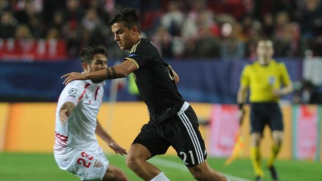 Coke pugna por ganar el balón con Dybala   Imagen: UEFA