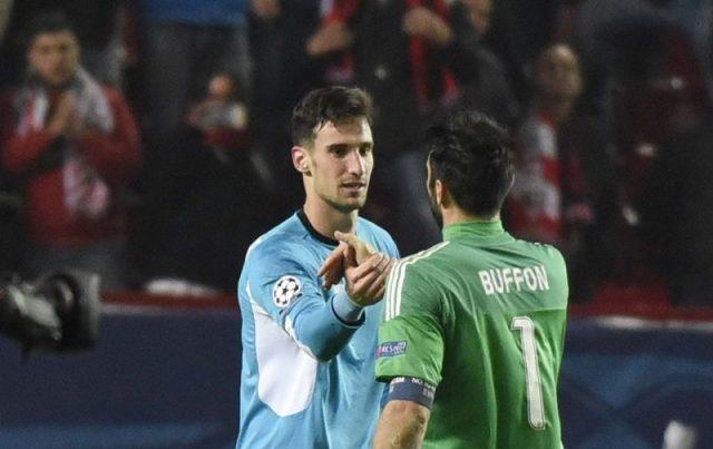 Rico saluda a Buffón después del encuentro entre ambos equipos.