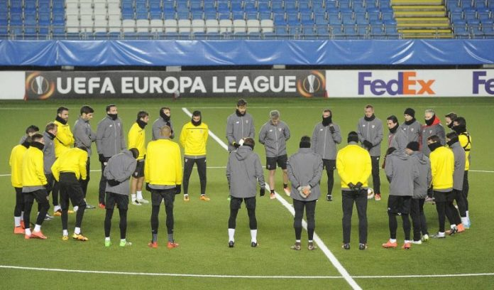 Los jugadores escuchan en un rondo a UnaiEmery   Imagen: Sevilla FC
