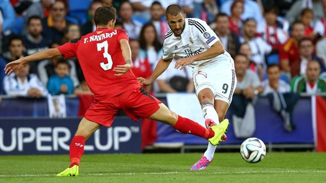 Fernando Navarro trata de interceptar un pase de Benzema | Imagen: Getty Images