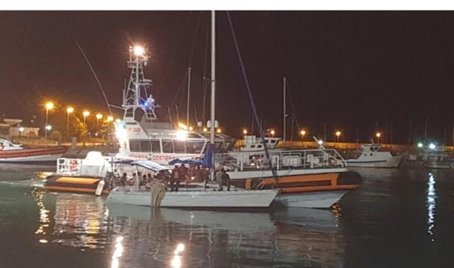 Brancaleone (RC): sbarco  nella notte , in 30 su una barca a vela giungono sulla spiaggia . La Guardia Costiera disincaglia l'imbarcazione e la traina fino al porto di Roccella J.