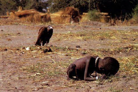 """Cum s-a sinucis fotograful care a realizat fotografia cu vulturul ce așteaptă să moară fetița. """"Durerea a învins bucuria de a trăi. Îmi pare rău!"""""""