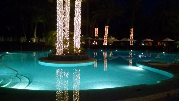 Una piscina navideña en el Seaside Palm Beach