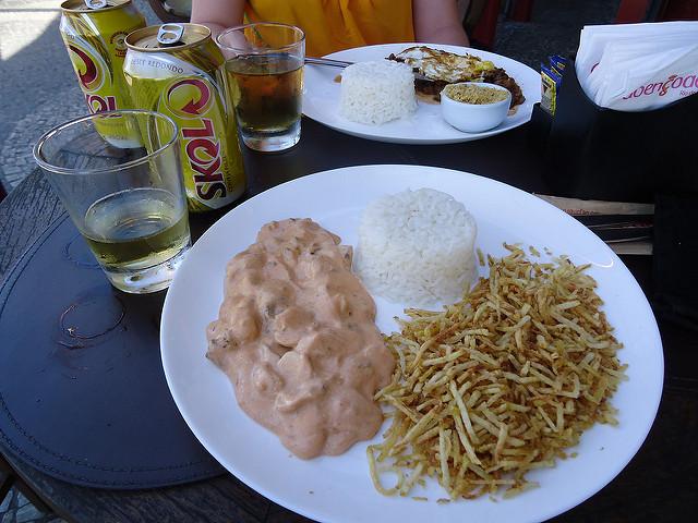 Strogonoff con patatas paja y arroz
