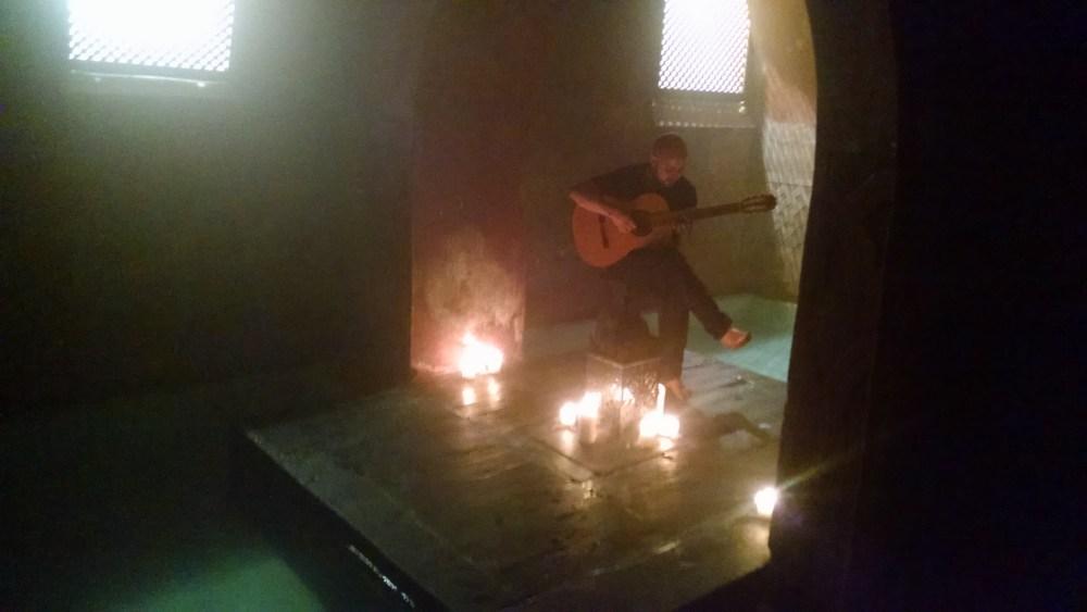 Guitarrista en los baños árabes de Madrid