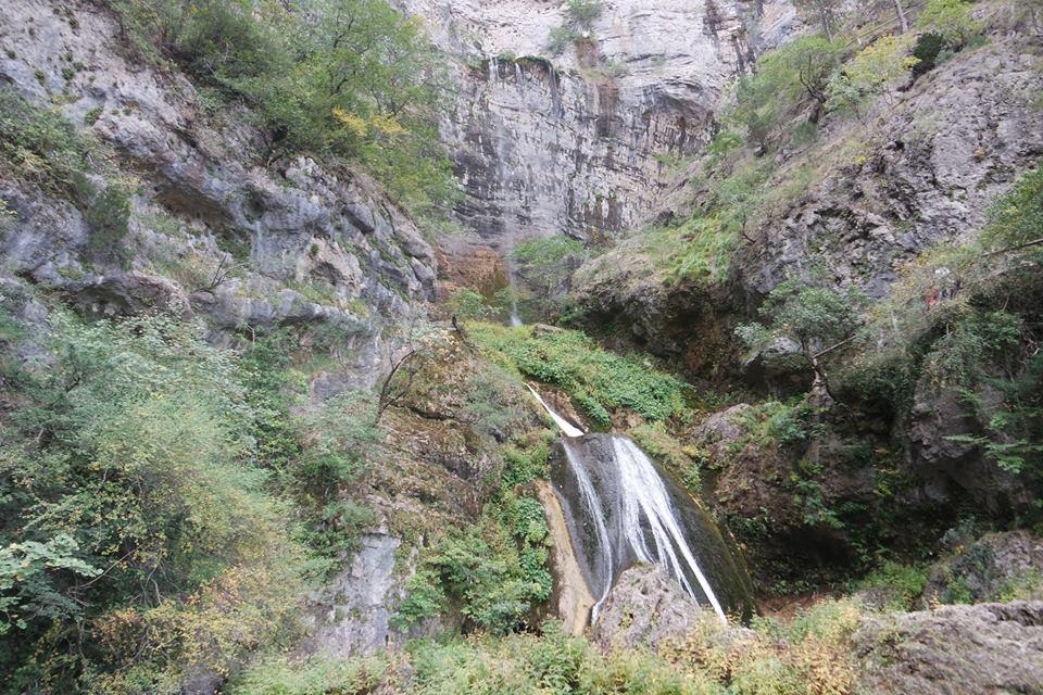 chorro-y-cascada-nacimiento-del-rio-mundo