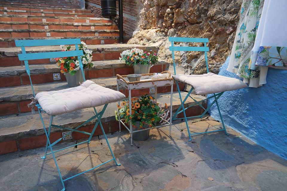 Sillas en una calle, centro histórico de Marbella