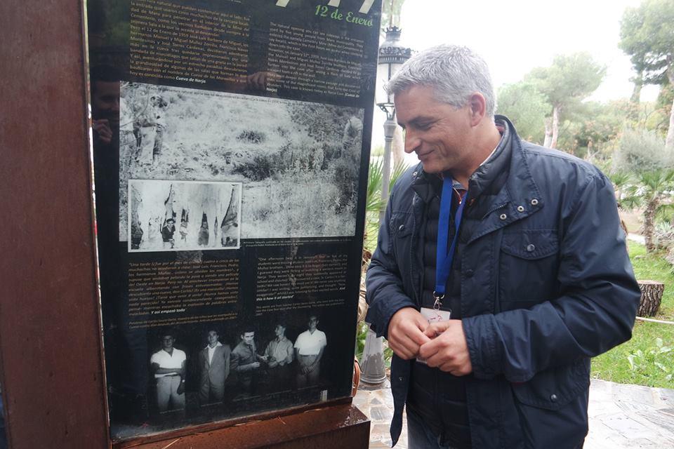 Rubén junto a la foto de los descubridores de la Cueva de Nerja