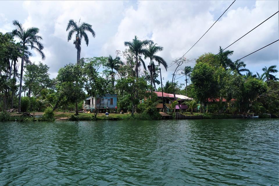 Casas, río Viejo de Belice