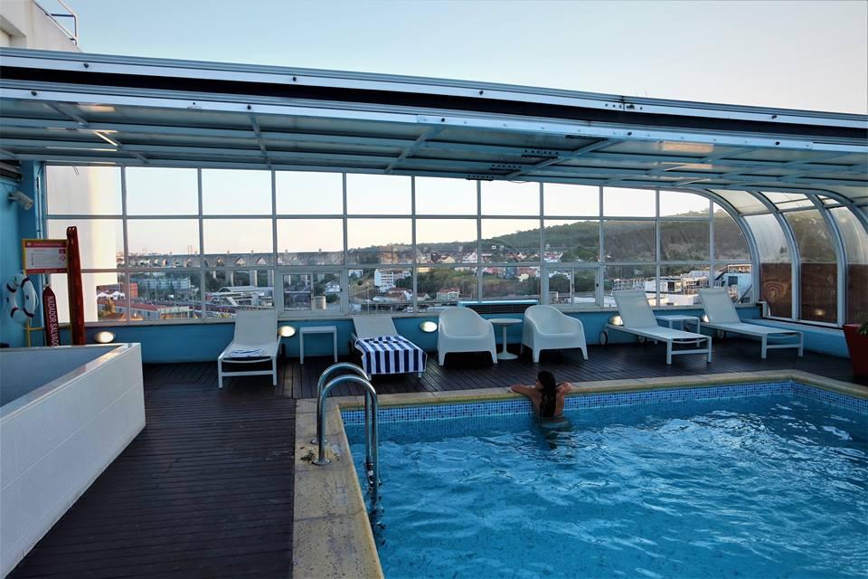 Baño en la piscina del hotel Mercure en Lisboa