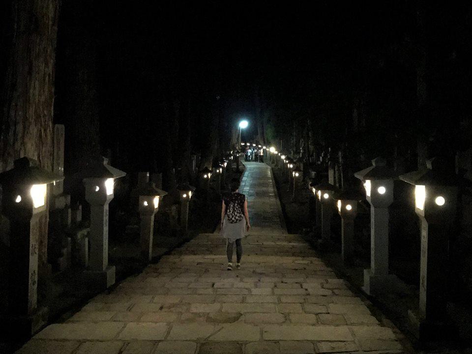 Cementerio de Okuno por la noche