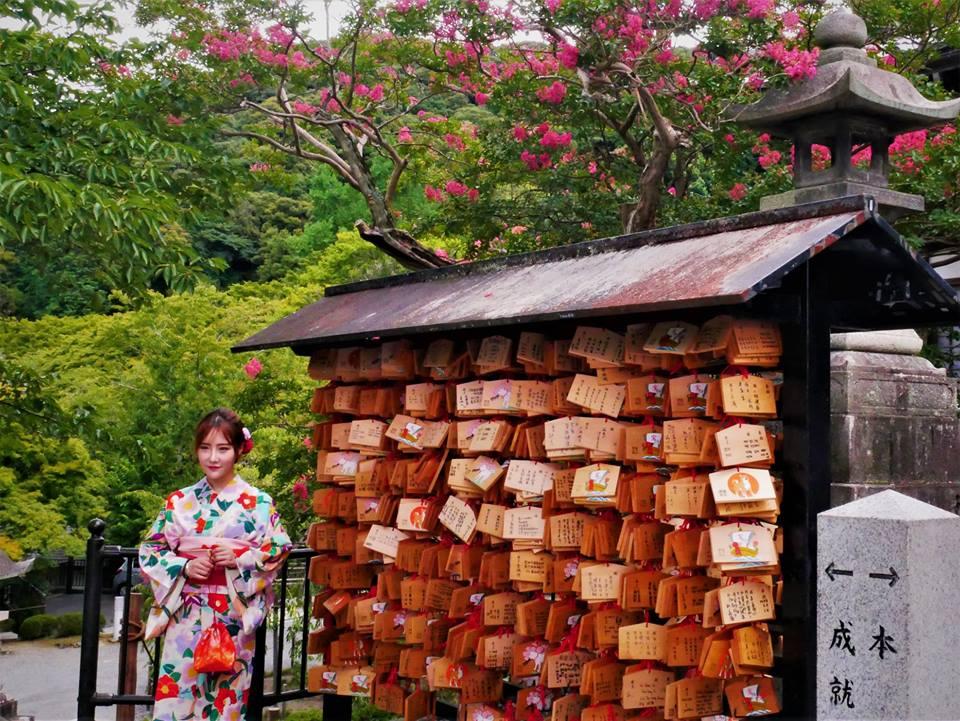 Japonesa en un templo, qué ver en Kioto