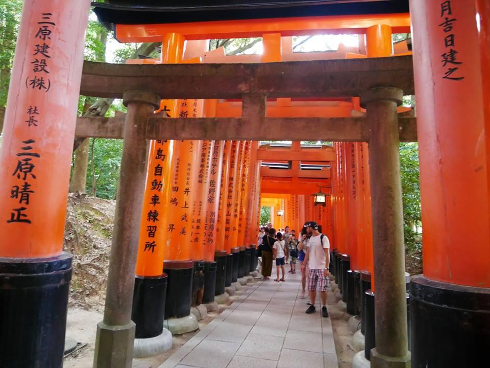 Turistas en Fushimi Inari Taisha