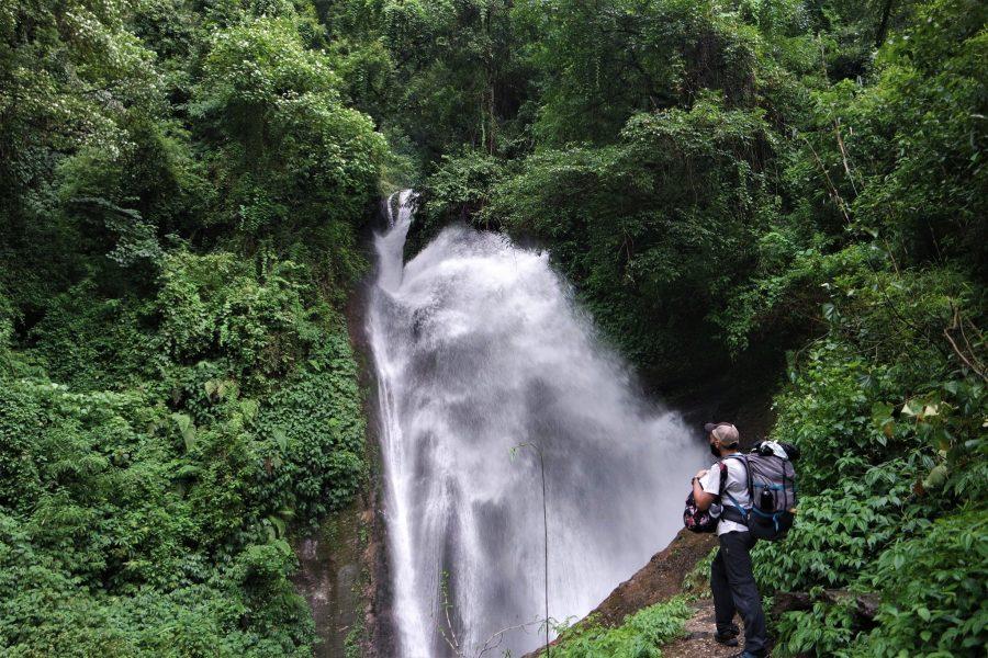 Cascada en el Himalaya, ruta de 20 días por Nepal por libre