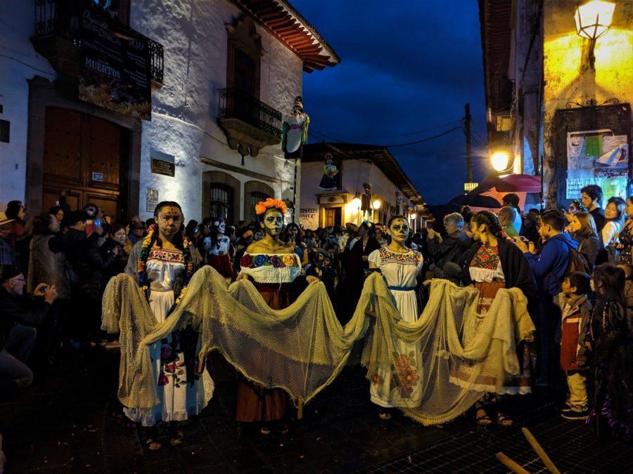 Desfile de catrinas la Noche de los Muertos en Pátzcuaro