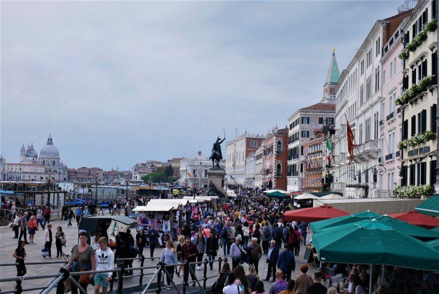 Muchedumbre de gente en Venecia