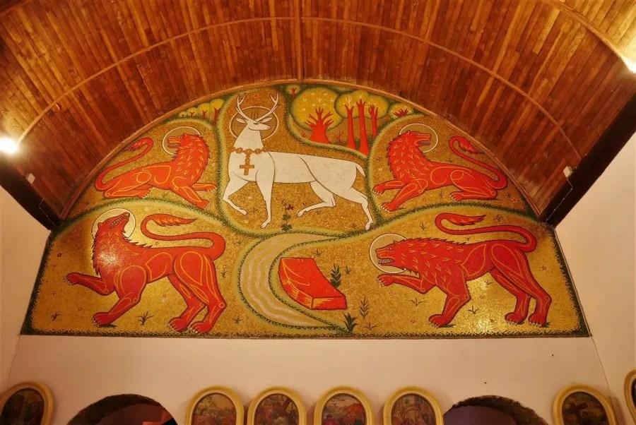 Murales en la iglesia del Santo Grial