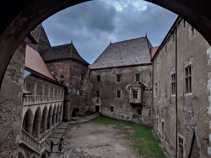 Patio del castillo de Corvin, ruta de 15 días por Rumanía