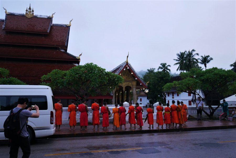 Turistas al amanecer en la Ceremonia de las Almas