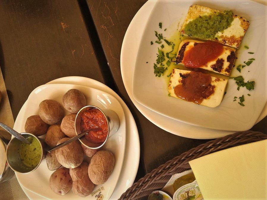Papas y queso con mojo, comida típica canaria