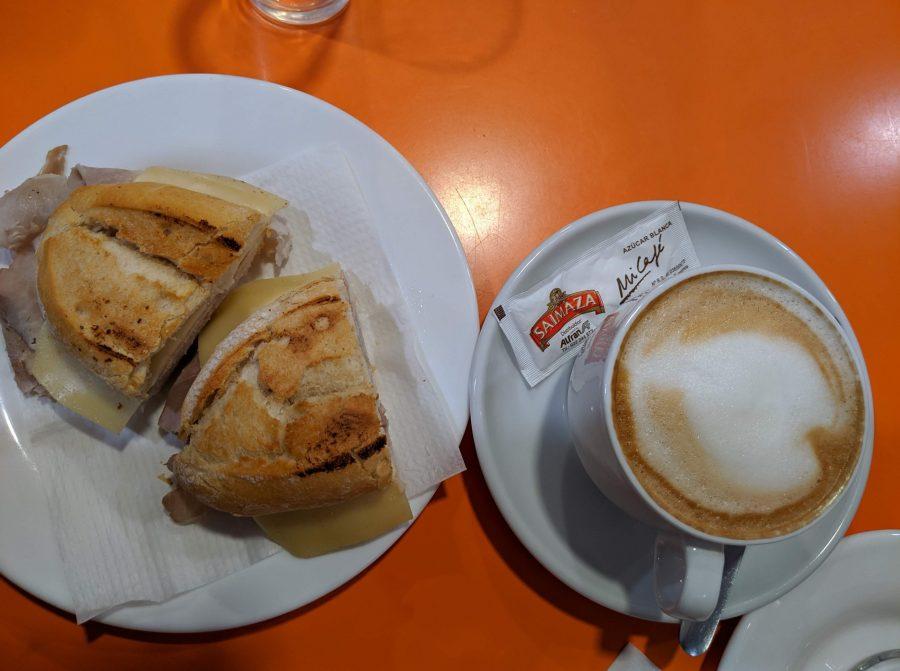 Para desayunar, café con leche y pulguita de pata asada en La Laguna