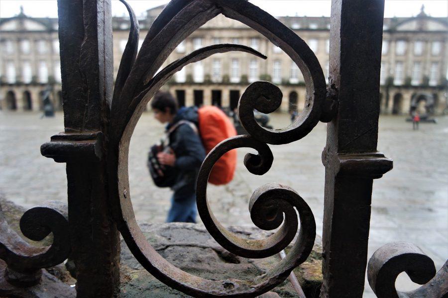 Peregrino en la plaza del Obradoiro, ruta en coche por Galicia, Santiago