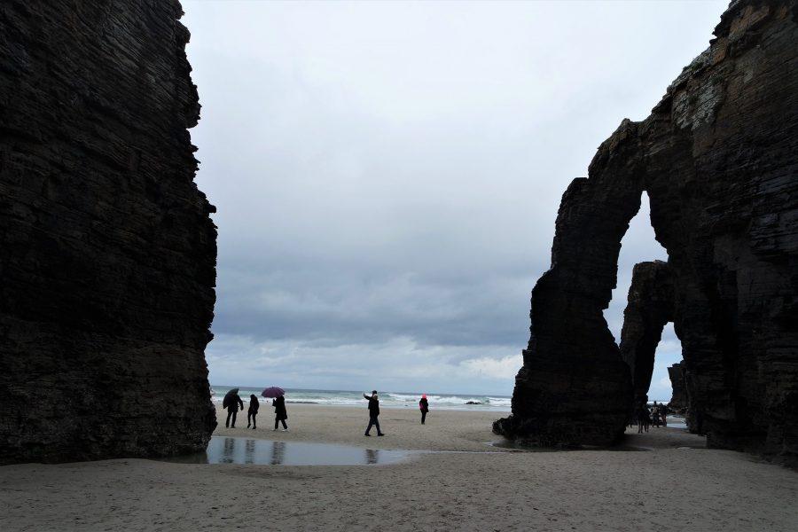 Turistas en la playa de las Catedrales, Lugo