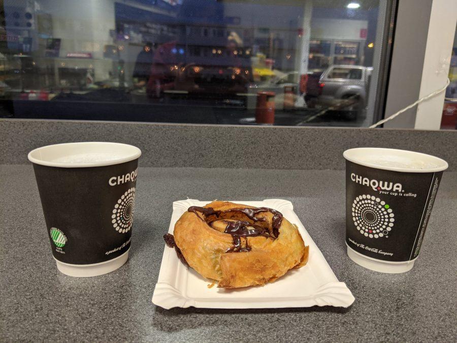 Café y rollo de canela con chocolate