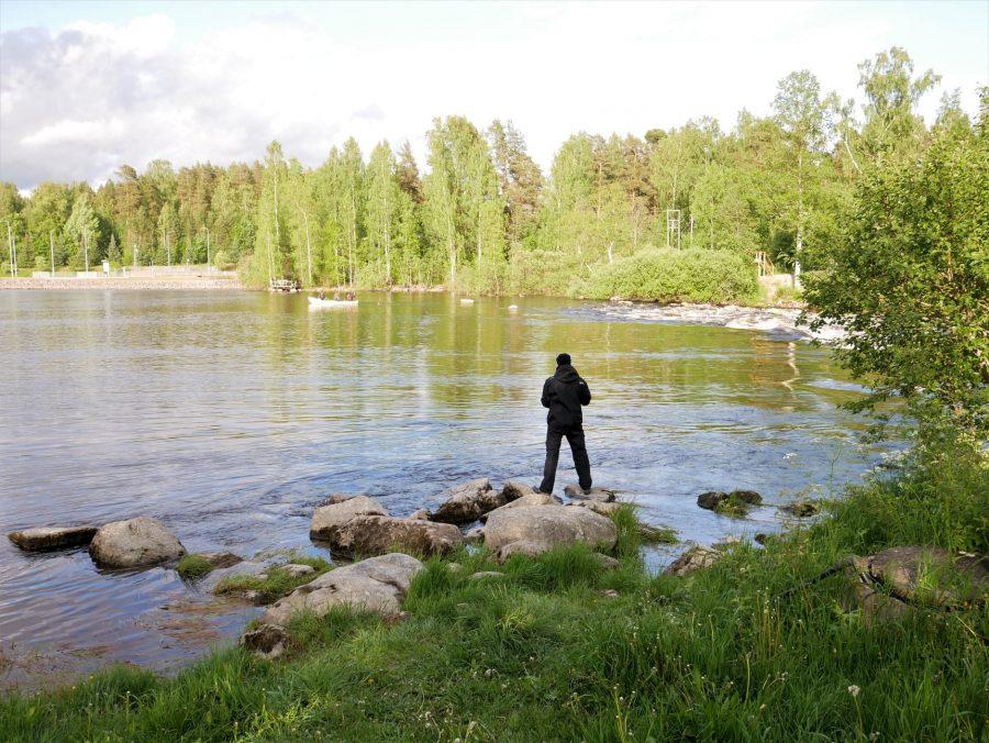 Pescador en los lagos de Finlandia