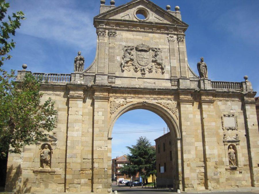 Arco de San Benito en Sahagún, León
