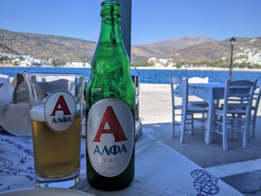 Cerveza en el puerto de Amorgos