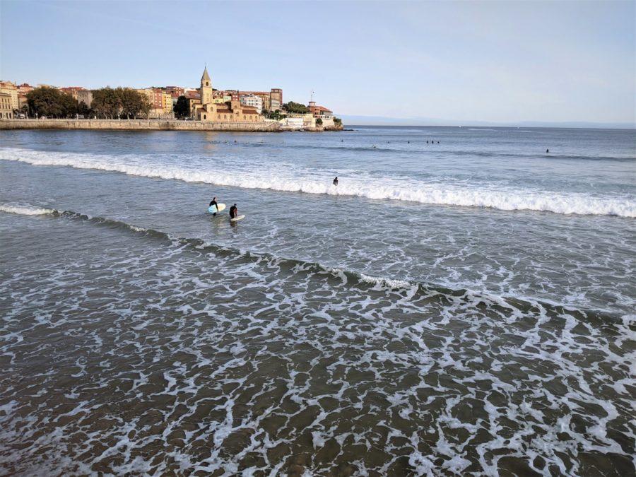 Surferos en Gijón