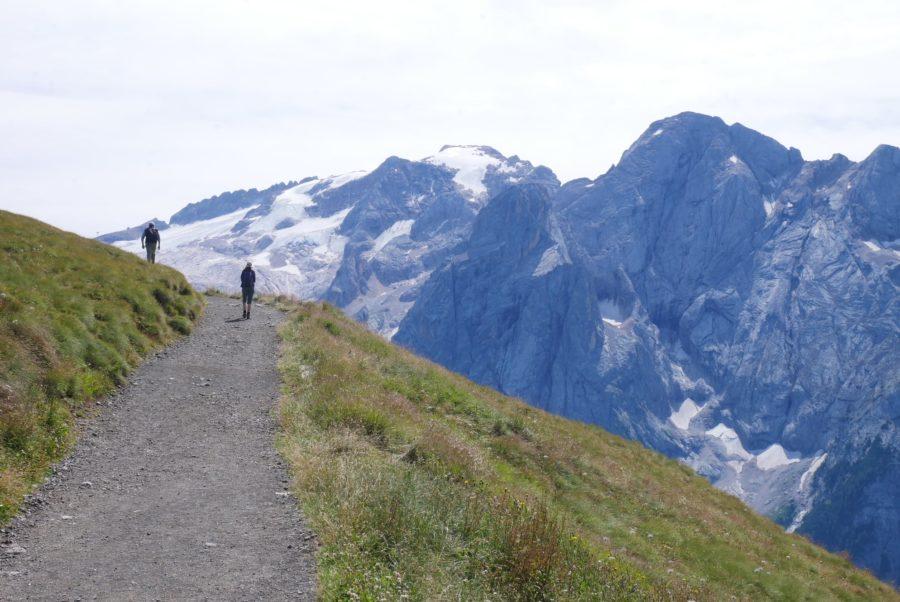 Camino del trekking al mirador de la Marmolada Dolomitas