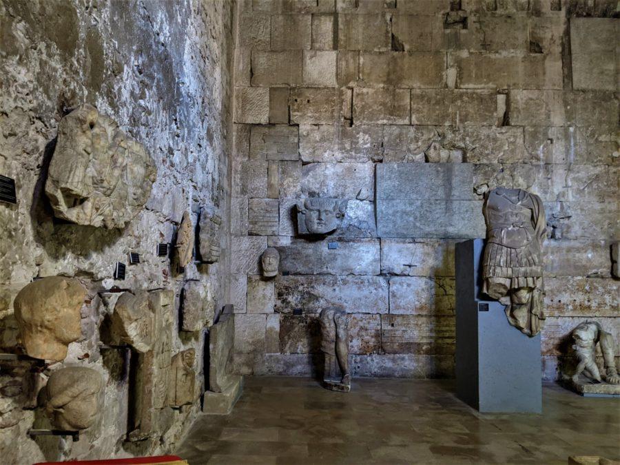Exhibición de esculturas romanas en el templo de Augusto, Pula